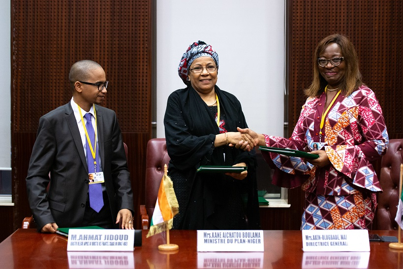 Malabo AfDB Annual Meetings Day 1 - Signing between Aïchatou Boulama Kané, Minister of Planning, Statistics and Regional Integration of Niger, Minister Ahmat Jidoud and Marie-Laure Akin-Olugbade, Director General of the West Africa Regional Development and
